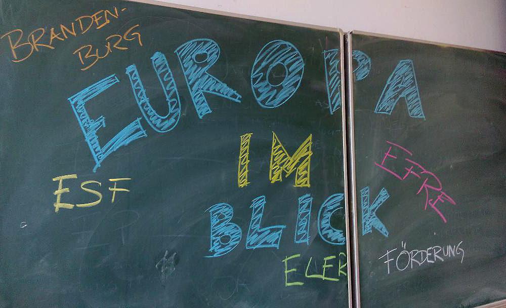 """Schultafel mit dem Schriftzug """"Europa im Blick"""""""